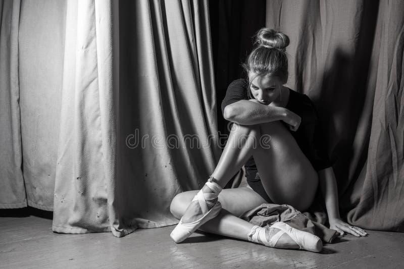 Bailarina que se sienta en la etapa Foto blanco y negro de Pekín, China imagenes de archivo