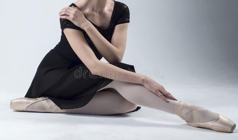 Bailarina que senta-se no assoalho fotografia de stock royalty free