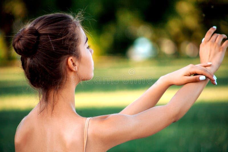 Bailarina sensual en naturaleza imagen de archivo libre de regalías