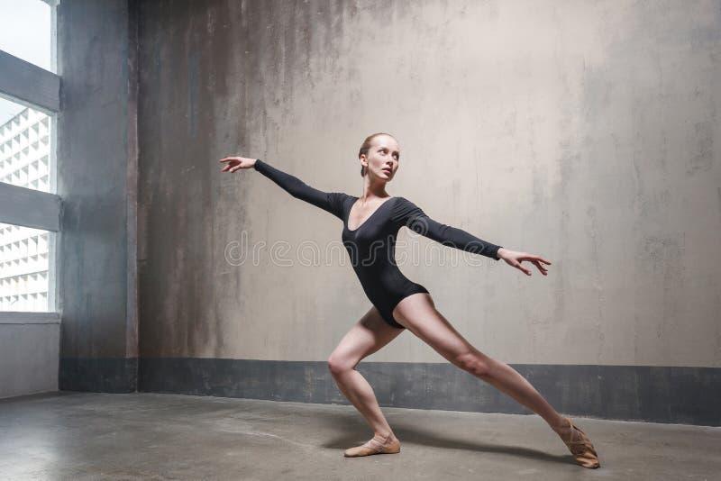 Bailarina sensual que ensaya su danza clásica cerca de ventana fotografía de archivo libre de regalías