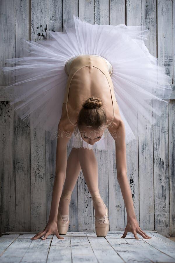 A bailarina vestida no tutu branco faz dianteiro magro imagens de stock