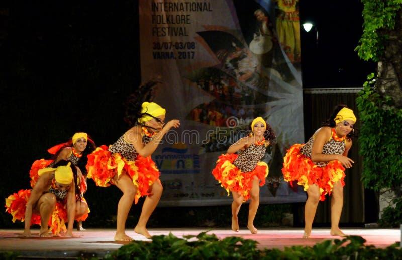 Bailarinas colombianas bochornosas que realizan la danza del Caribe imagen de archivo libre de regalías
