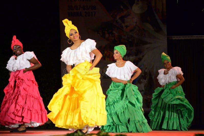 Bailarinas hermosas del folclore del funcionamiento de Colombia fotografía de archivo