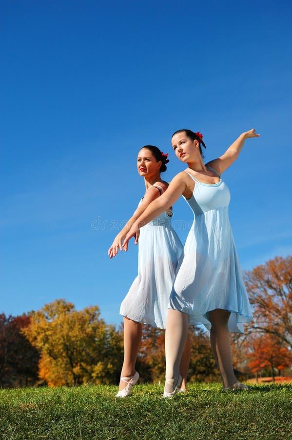 Bailarinas no parque imagens de stock royalty free