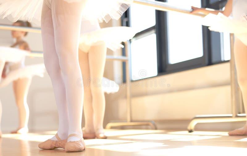 Bailarinas novas que vestem sapatas do pointe fotografia de stock