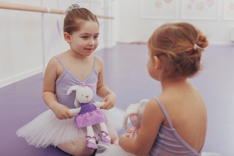 Bailarinas pequenas bonitas no estúdio da dança foto de stock royalty free