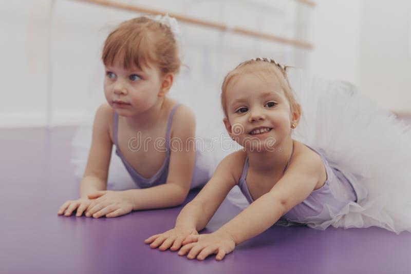 Bailarinas pequenas bonitas no estúdio da dança fotos de stock