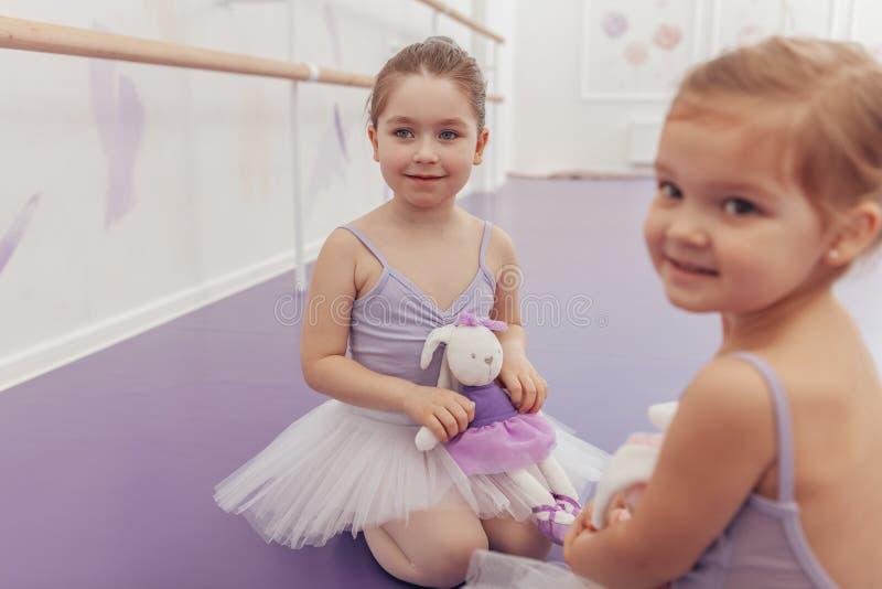 Bailarinas pequenas bonitas no estúdio da dança imagens de stock royalty free