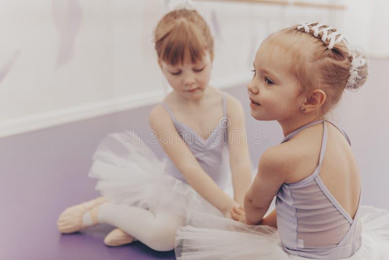 Bailarinas pequenas bonitas no estúdio da dança imagem de stock royalty free