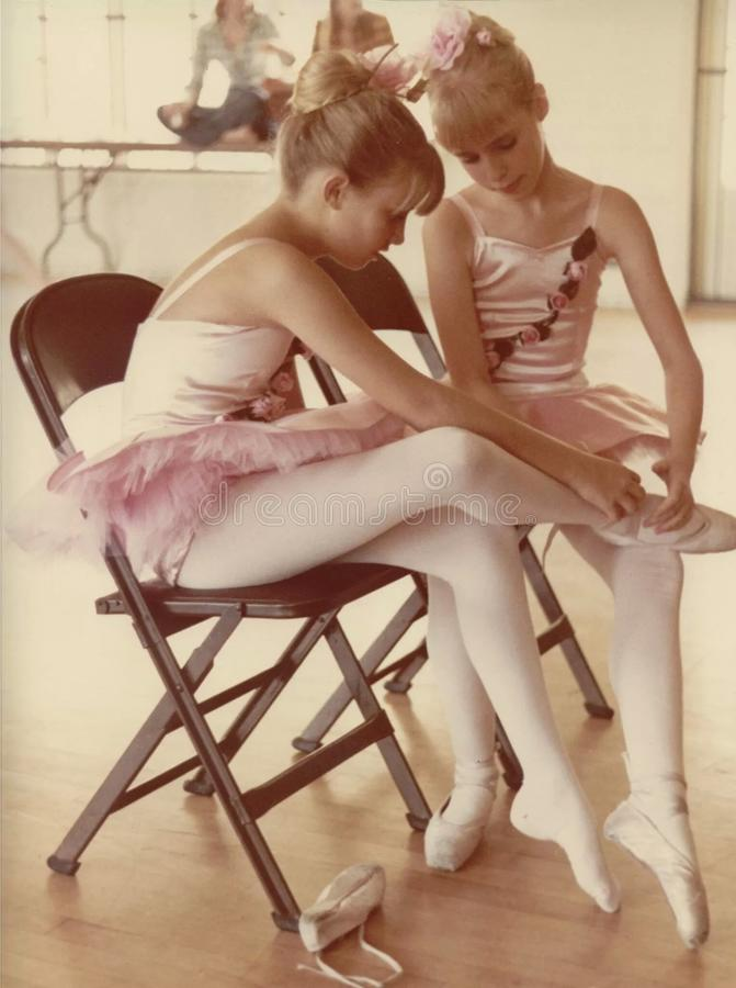 Bailarinas, pondo sobre nossas sapatas de dedos do pé imagem de stock