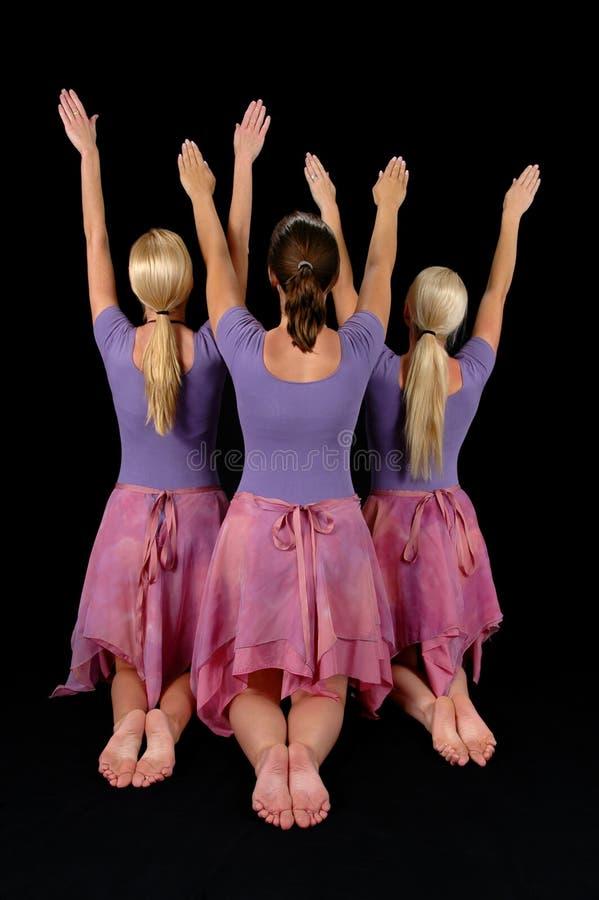 Bailarinas que levantan los brazos foto de archivo