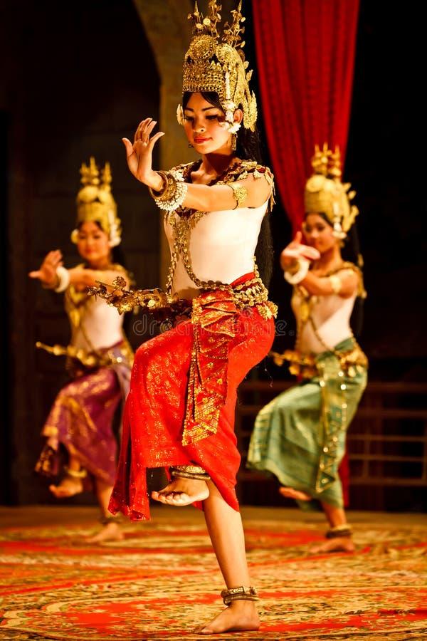 Bailarines clásicos del Khmer en traje fotos de archivo