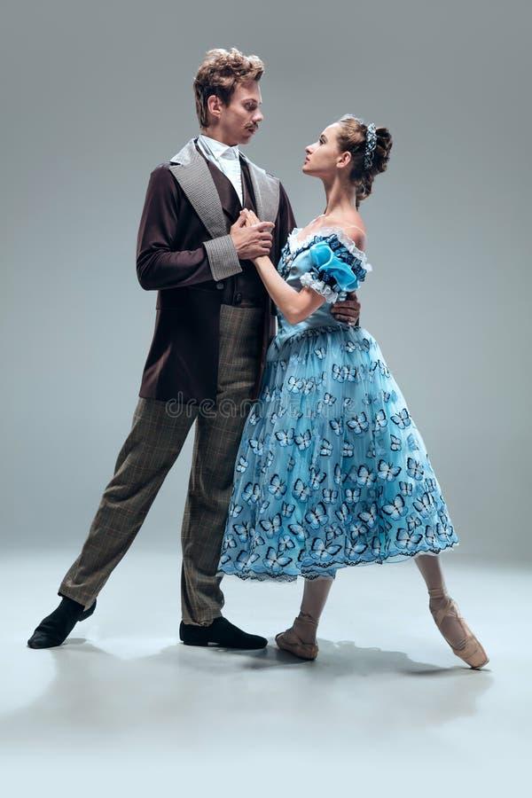 Bailarines contemporáneos del salón de baile en fondo gris del estudio foto de archivo libre de regalías