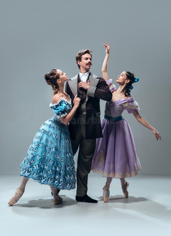 Bailarines contemporáneos del salón de baile en fondo gris del estudio imagenes de archivo
