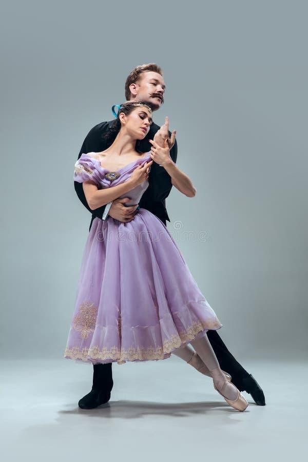 Bailarines contemporáneos del salón de baile en fondo gris del estudio fotos de archivo