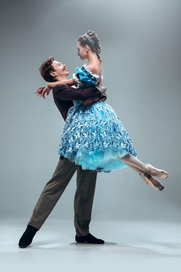 Bailarines contemporáneos del salón de baile en fondo gris del estudio fotografía de archivo libre de regalías