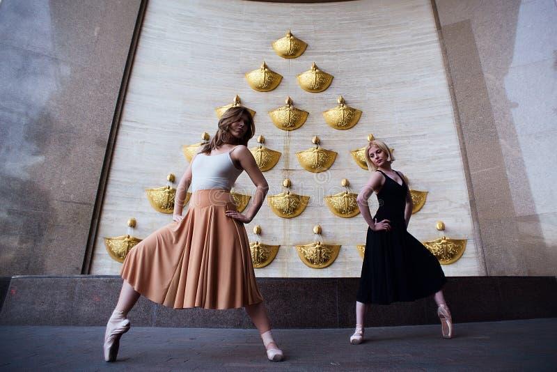 Bailarines de ballet en la calle de la ciudad imagen de archivo