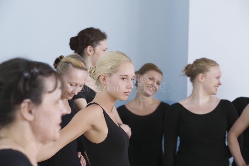 Bailarines de ballet en sitio del ensayo imagen de archivo libre de regalías