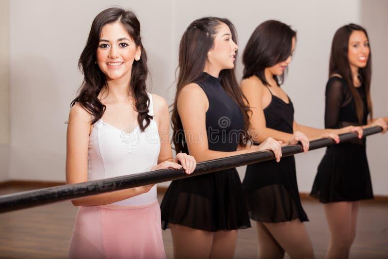 Bailarines de ballet felices en una barra imágenes de archivo libres de regalías