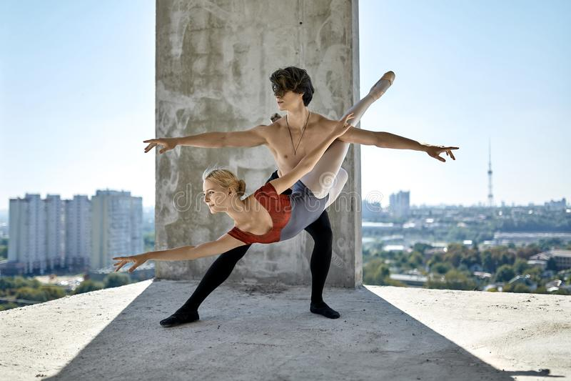 Bailarines de ballet que presentan en el edificio inacabado fotos de archivo