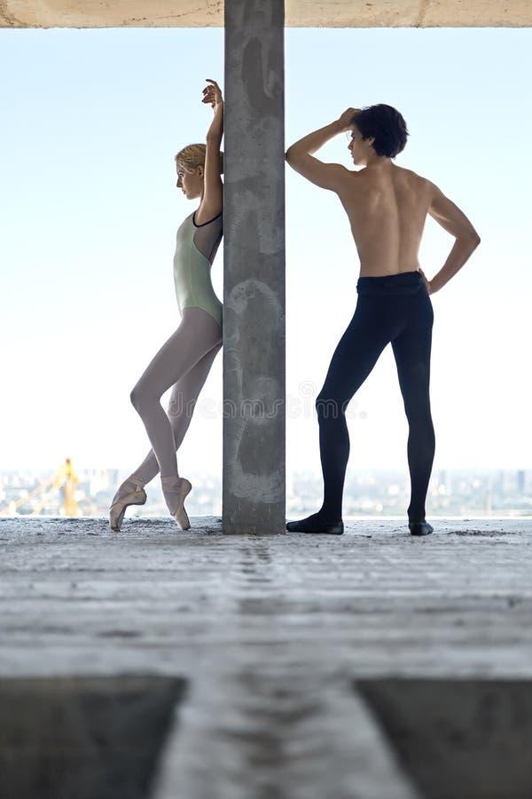 Bailarines de ballet que presentan en el edificio inacabado fotografía de archivo libre de regalías