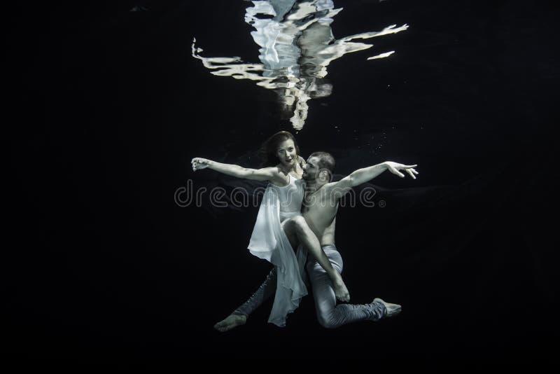 Bailarines de ballet subacuáticos imágenes de archivo libres de regalías