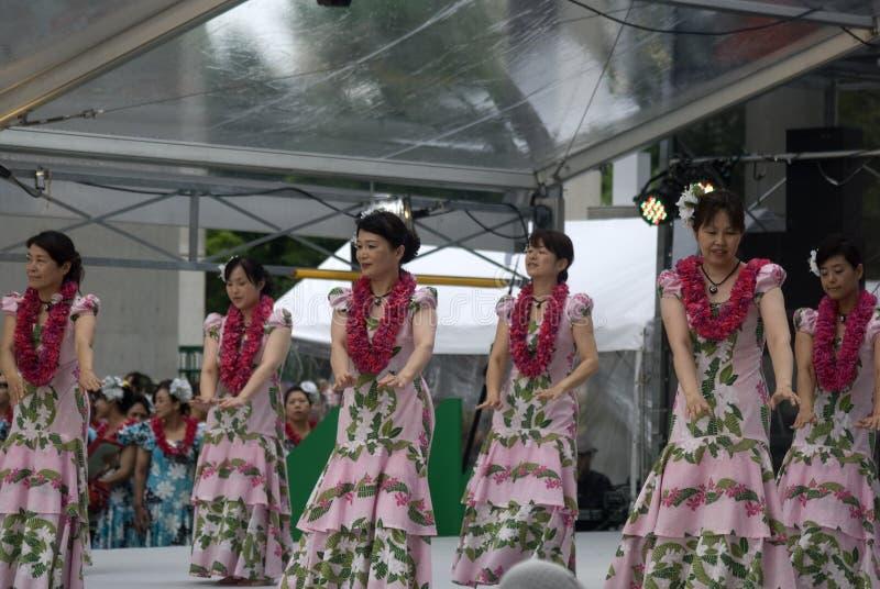 Bailarines de Hula, Osaka, Japón foto de archivo
