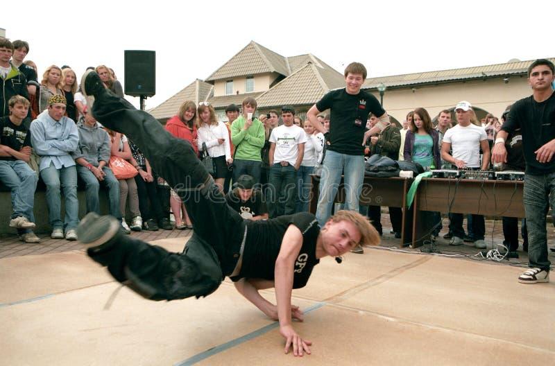 Bailarines de la rotura en la calle. fotos de archivo libres de regalías
