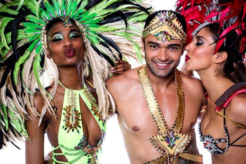 Bailarines de la samba que se besan sobre blanco imágenes de archivo libres de regalías