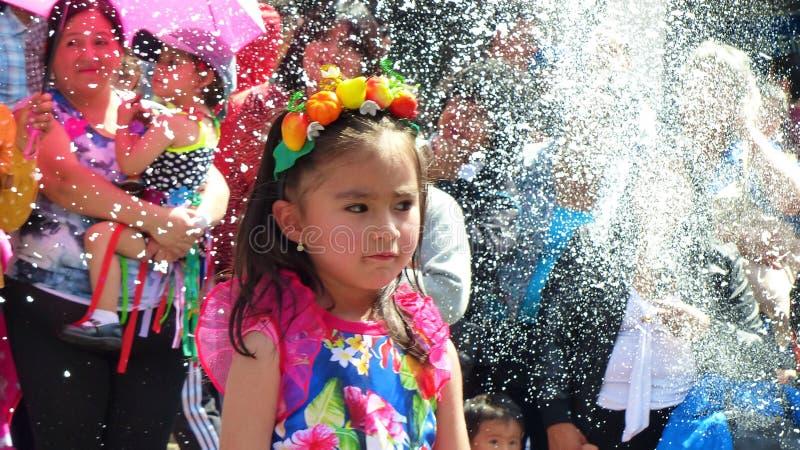 Bailarines de las niñas vestidos en traje colorido en el desfile imagen de archivo libre de regalías