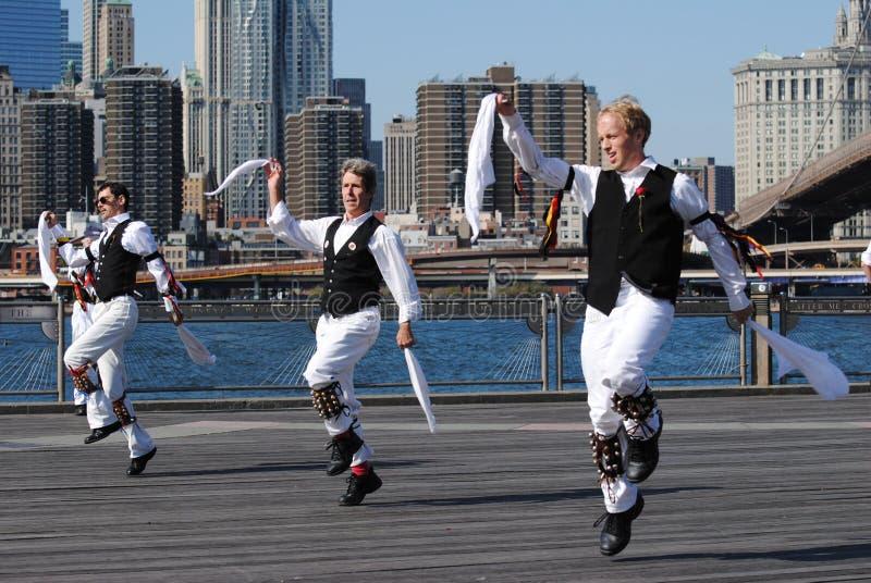 Bailarines de Morris que se realizan por el East River imagenes de archivo