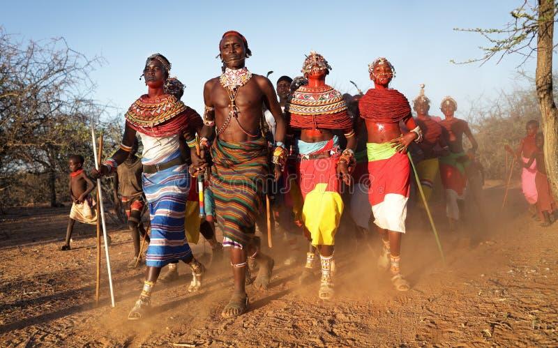 Bailarines de Samburu en los posts de los arqueros, Kenia imágenes de archivo libres de regalías
