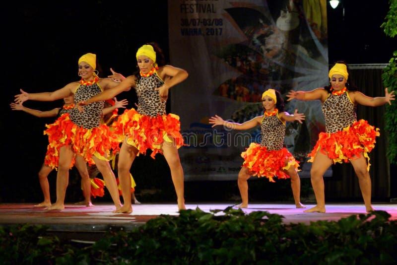 Bailarines de sexo femenino colombianos temperamentales en la etapa del festival del folclore, Varna Bulgaria imagen de archivo libre de regalías