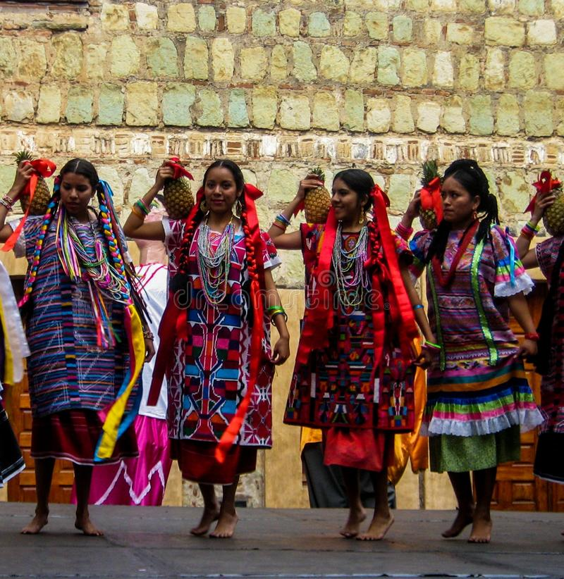 Bailarines de sexo femenino de Zapotec en Oaxaca, México foto de archivo libre de regalías