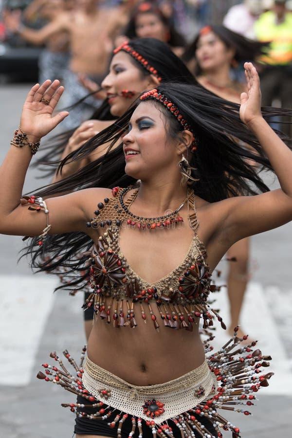 Bailarines de sexo femenino indígenas en Ecuador fotos de archivo libres de regalías