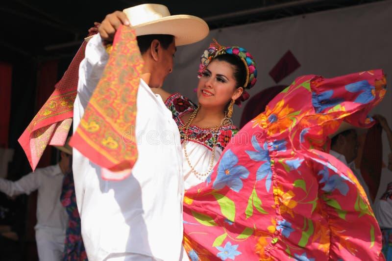 Bailarines del ballet folclórico mexicano de Xochicalli fotografía de archivo libre de regalías