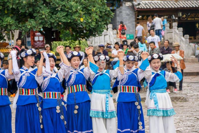 Bailarines del chino tradicional imagenes de archivo
