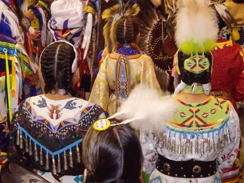 Bailarines del indio del nativo americano imagen de archivo