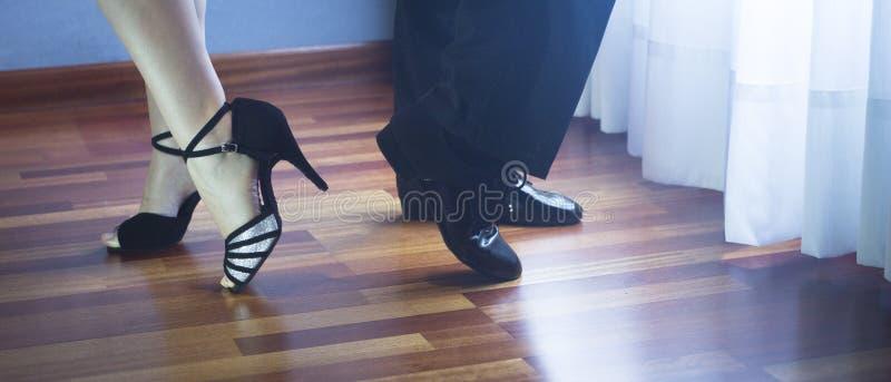 Bailarines del latín de la danza de salón de baile foto de archivo