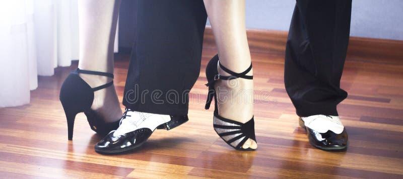 Bailarines del latín de la danza de salón de baile imagenes de archivo