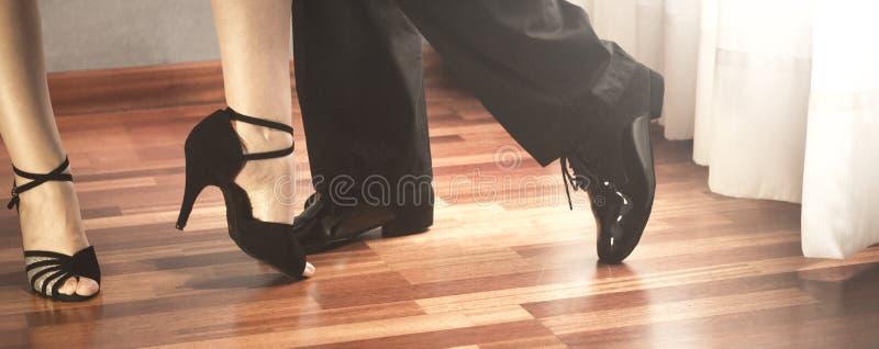 Bailarines del latín de la danza de salón de baile fotos de archivo libres de regalías