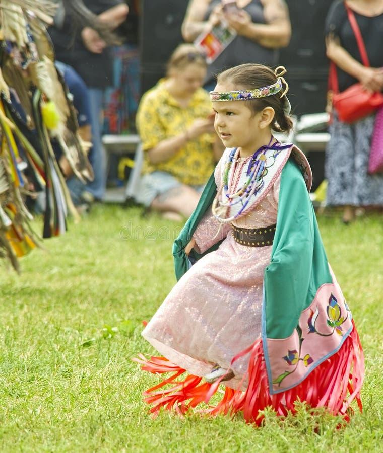 Bailarines del nativo americano en un día soleado foto de archivo libre de regalías