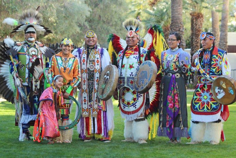 Bailarines del Powwow - museo oído foto de archivo