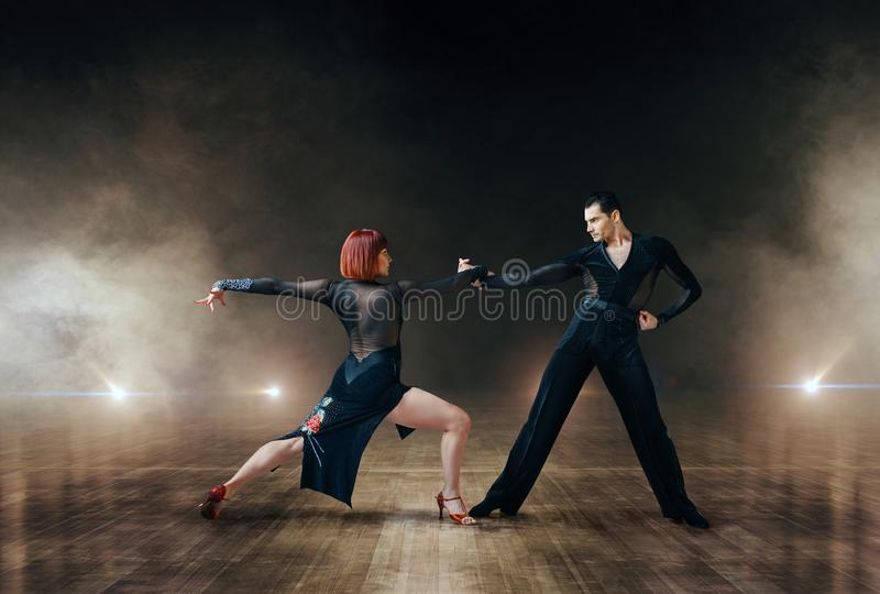 Bailarines elegantes, danza latina del ballrom en etapa fotos de archivo libres de regalías