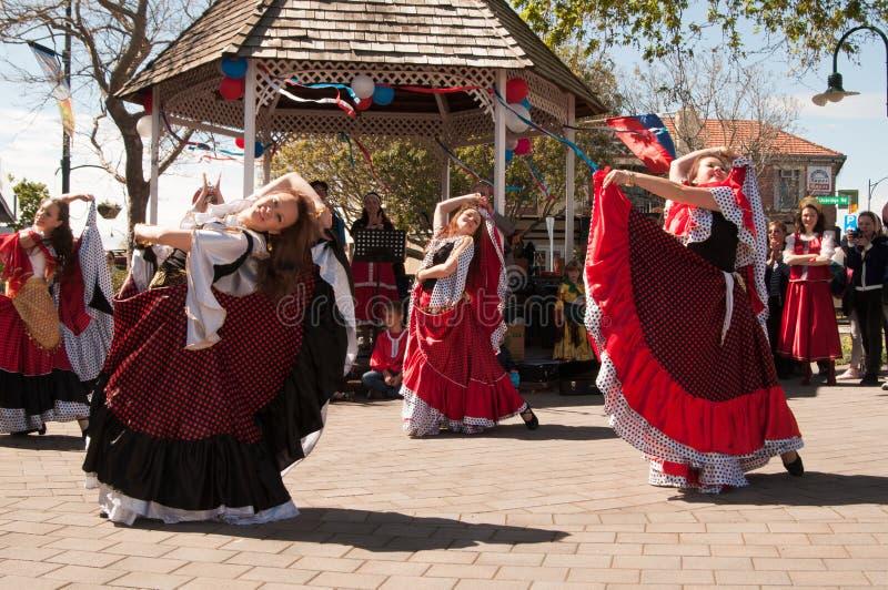 Bailarines en el día Auckland de Rusia foto de archivo