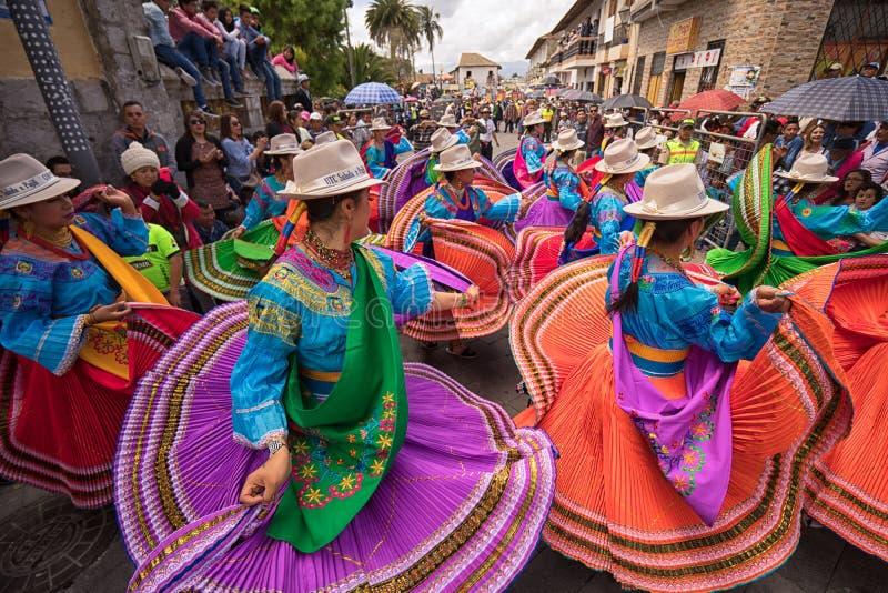 Bailarines en el desfile del Corpus Christi en Pujili Ecuador imagen de archivo
