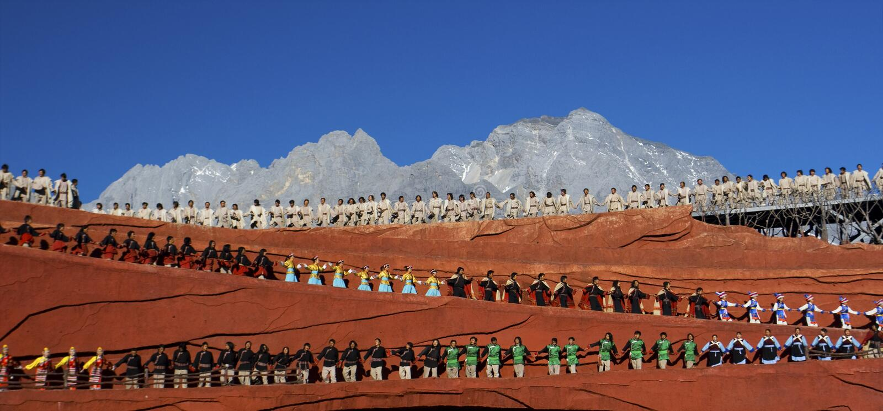 Bailarines en la impresión, Lijiang imagen de archivo libre de regalías