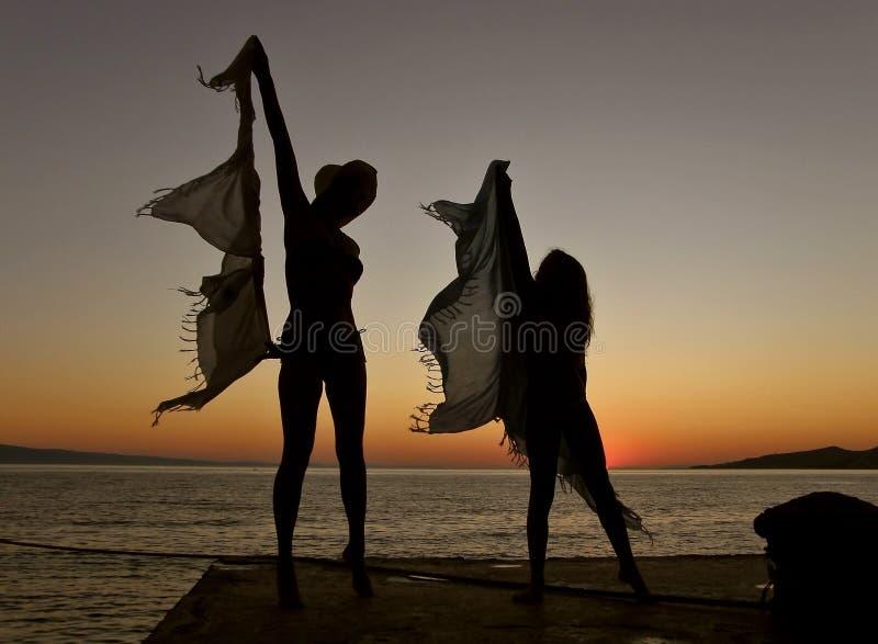 Bailarines en la puesta del sol fotografía de archivo libre de regalías