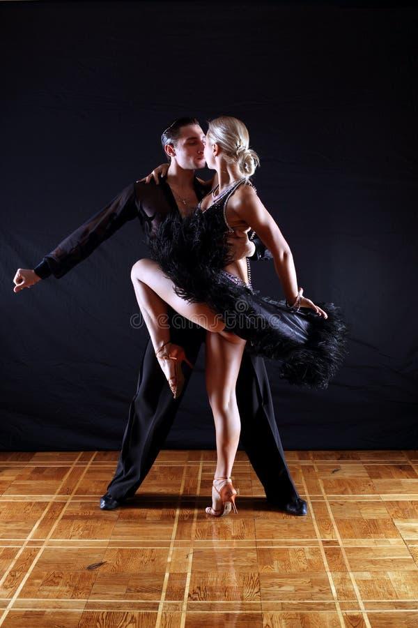 Bailarines En Salón De Baile Foto de archivo