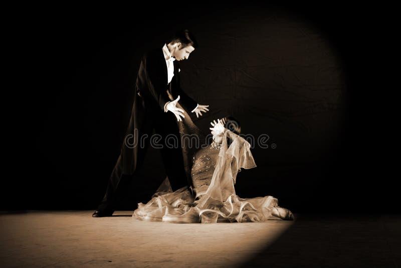Bailarines en salón de baile imagen de archivo libre de regalías